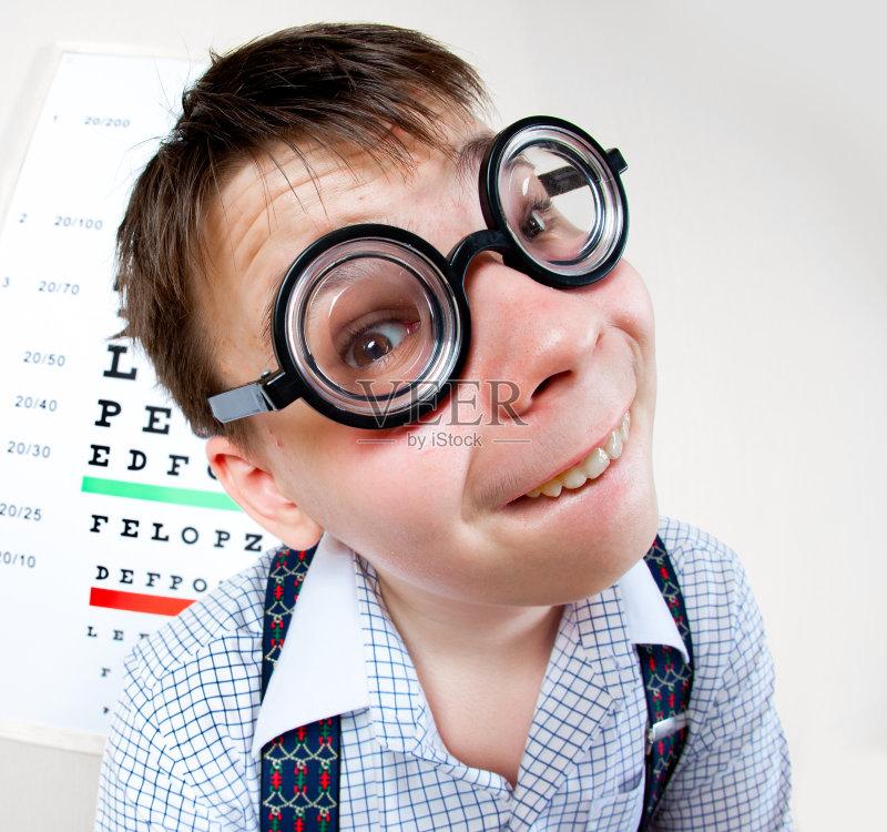 蠢人 纸帽 近视 白人 儿童 视力 室内 科学 医学检测 打字体 图表 男孩