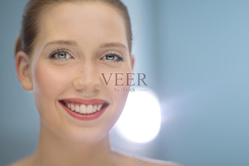 笑容-女人 化妆用品 美 红色 艺术家 彩色背景 美容 蓝色 嘴唇 人体 蓝色