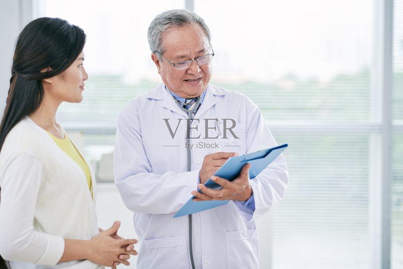 年男人 历史 医疗诊所 越南人 身体检查 药 病人 专门技术 成年人 医生 图片