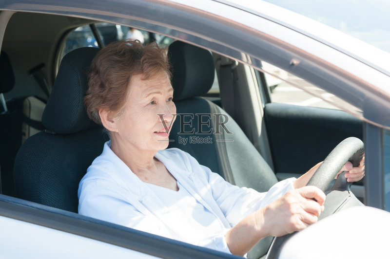 开车-人 亚洲人 仅日本人 女人 方向盘 衰老过程 权威 乐趣 日本人 迅速