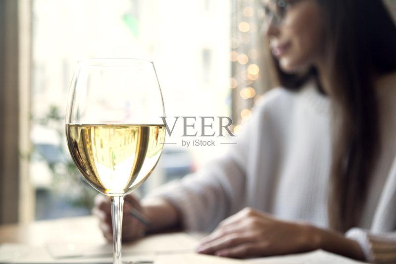 喝酒-咖啡馆 可爱的 女人 一个物体 触控板 放松 太空 白人 快乐 室内 技
