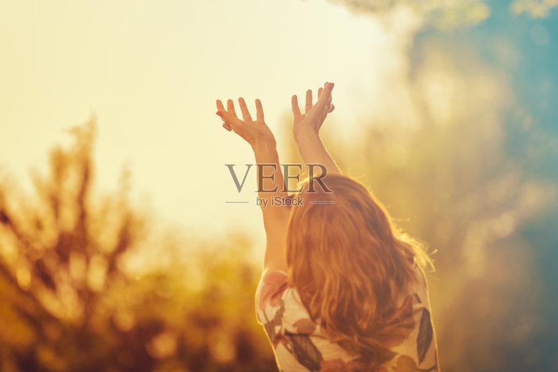 手 天空 枝 情感 自然 和蔼之人 女性 触摸 享乐 户外 森林 田园风光 美