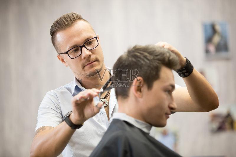 头发 室内 理发师 青年男人 生活方式 艺术文化和娱乐 商店 车间 发型