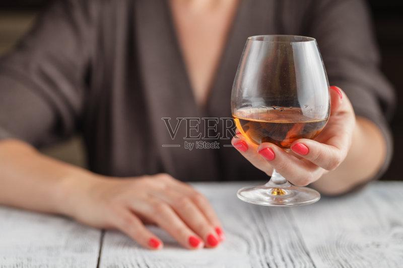喝酒-人 女人 性感 饮料 美 葡萄酒杯 棕色头发 拿着 喝醉的 尝 美人 酗酒