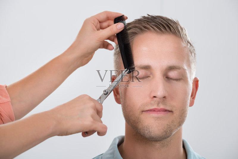 仅一个男人 理发师 剪头发 关闭的 男人