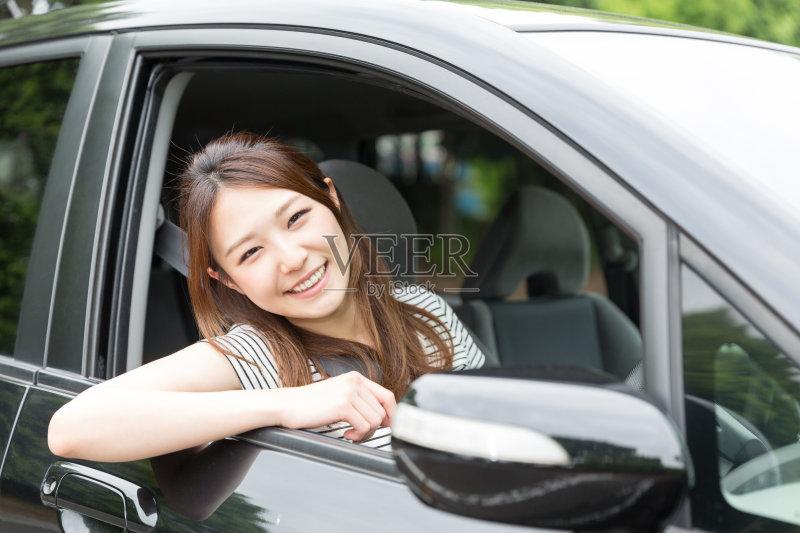 开车-人 日本 人 驾车 女人 晴朗 陆用车 休闲装 仅女人 日本人 女性 微笑 汽