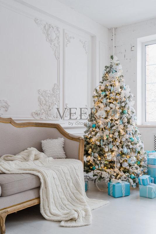 家居-文化 冬天 圣诞树 窗户 红色 住宅房间 夜晚 装饰物 扶手椅 家具 无图片