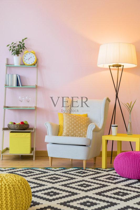 家居-设计 多样 白色 光 墙 扶手椅 家具 桌子 平坦的 室内 艺术文化和娱图片