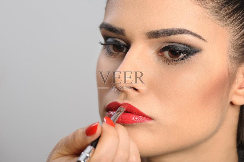 美妆-巨大的 高雅 白色 女人 彩妆 肖像 红色 化妆 时装模特 指甲刷 白人 图片