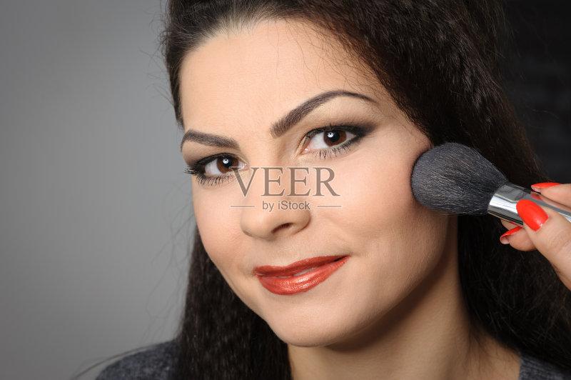 美妆-巨大的 高雅 白色 女人 彩妆 肖像 脸颊 化妆 时装模特 指甲刷 白人 图片
