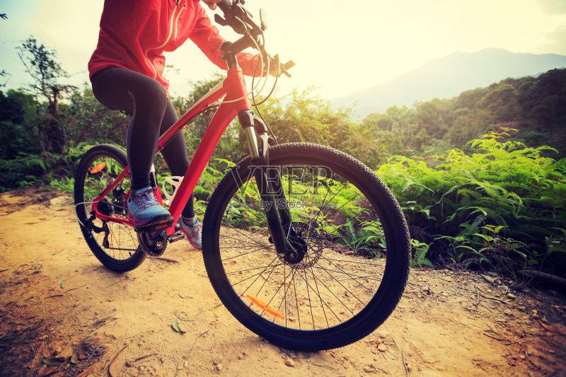休闲活动 骑自行车 红色 四肢 腿 运输 仅女人 徒步旅行 天空 运动 中