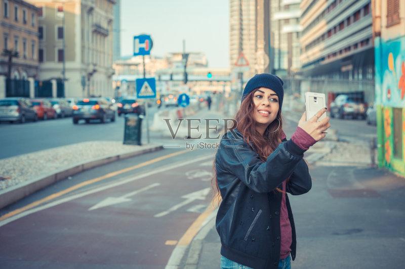 微笑 现代 街道 电话机 户外 时尚 可爱的 性感 美 城市 长发 青年人 图片