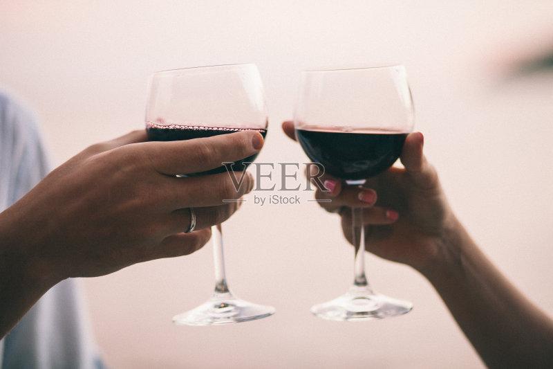 喝酒-咖啡馆 人 异性恋 女人 葡萄酒 喝 男性 天空 自然 桌子 女性 相伴