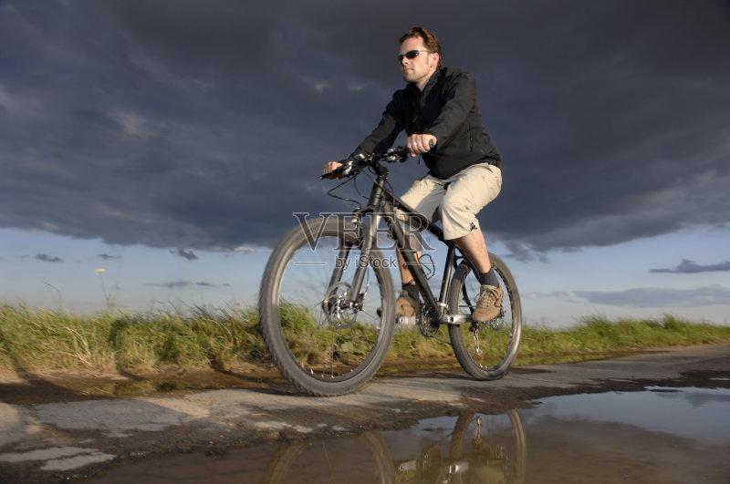 运动竞赛 骑自行车 放松 男性 法律审判 运动 山地车 太阳镜 休闲追求