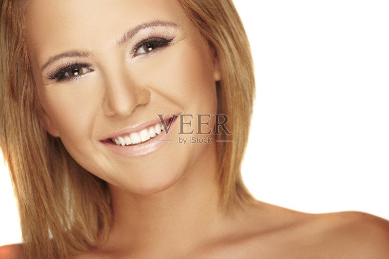 笑容-白色 女人 肖像 看 直发 18岁到19岁 头发 白人 室内 美女 干净 微