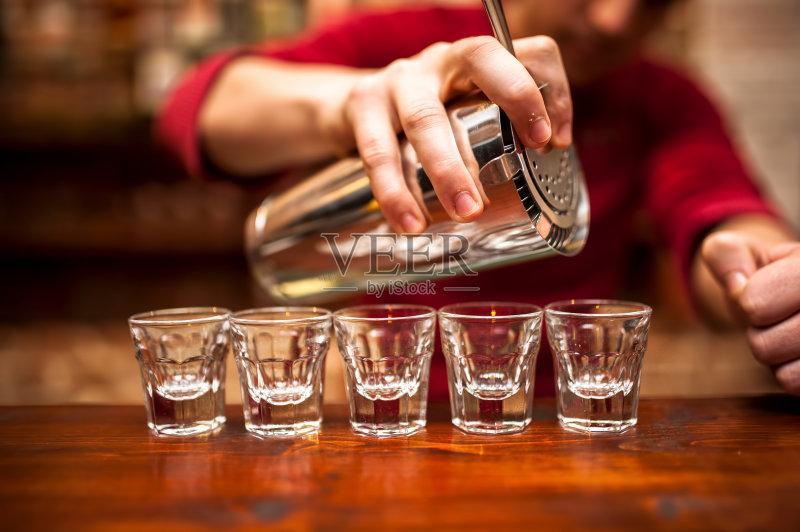 喝酒-鸡尾酒 小酒杯 高雅 玻璃 一个物体 快乐时光 红色 周年纪念 液体