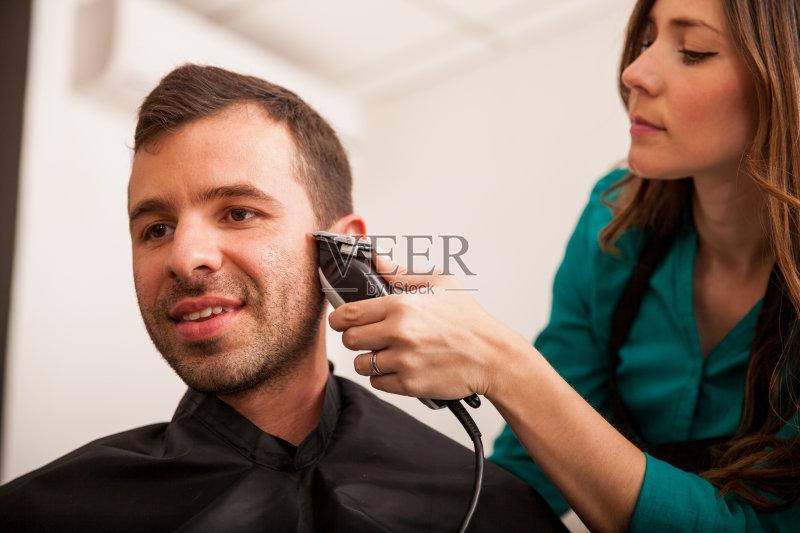 电动剃须刀 理发师 男性 头发 理发店 剪头发 鬓角 棕色头发 青年人