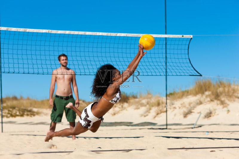 运动 三个人 海滩 户外 多种族 松弛练习 非裔美国人 休闲游戏 网 沙滩