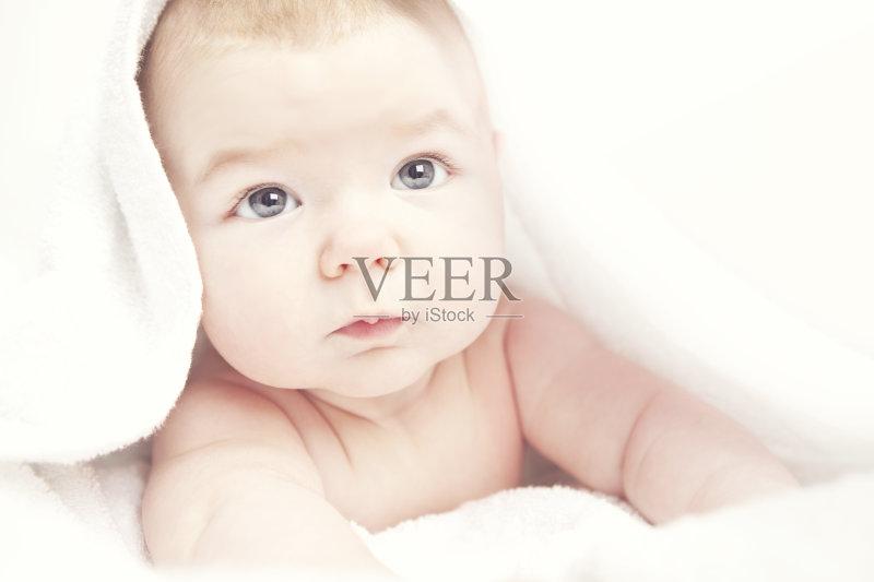 窝 爬 小的 婴儿 毛巾 表现积极 面部表情 蓝色眼睛 微笑 健康保健 幼儿图片