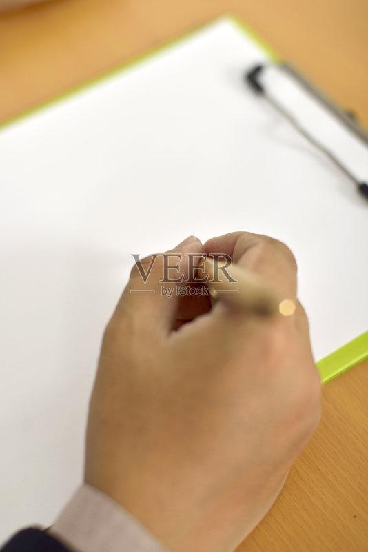 一个人 手指 写字板 圆珠笔 水笔 商务 拿着 写 书