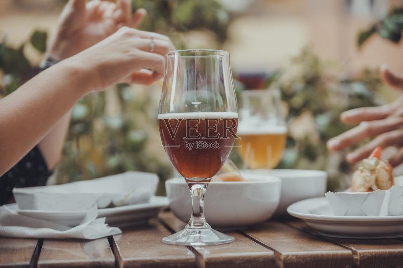 喝酒-咖啡馆 仅一个女人 人 高雅 女人 酒吧 露天咖啡馆 喝 男性 啤酒杯