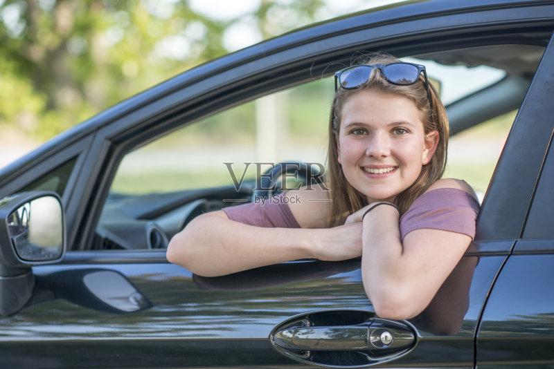 开车-一个女人 人 驾车 女人 肖像 钥匙 运输 高中 白人 16岁到17岁 儿童 教