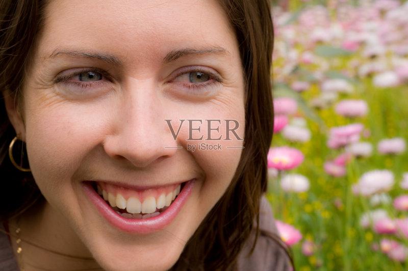 笑容-欢乐 仅女人 耳饰 乐趣 快乐 青年人 粉色 花 美女 美人 大耳环 成年