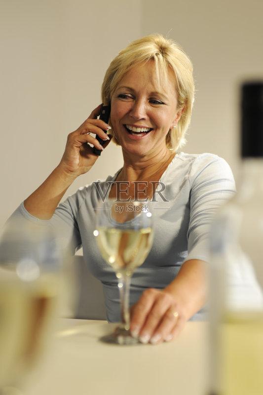 喝酒-仅一个女人 人 欢乐 女人 葡萄酒 肖像 中老年女人 白人 55到59岁