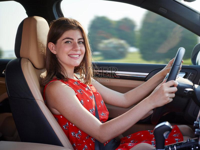 开车- 人 自驾游 驾车 休闲活动 转 旅途 皮革 女人 肖像 窗户 运输 休闲装