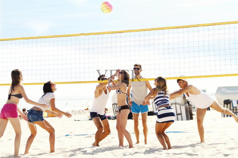 男性 举起手 沙滩排球 白人 手臂 女性 相伴 比基尼 生活方式 云 防守
