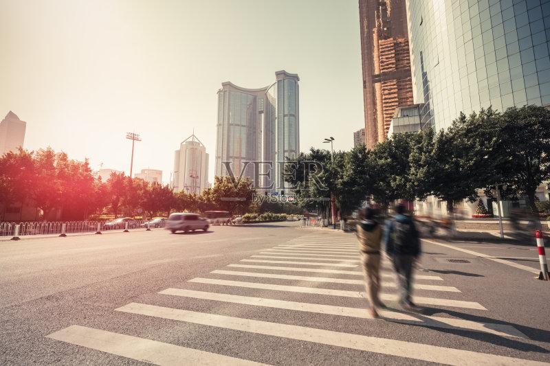 街景-人行道 太阳 摩天大楼 塔 市区路 日光 白昼 无人 市区 亚洲 办公楼图片