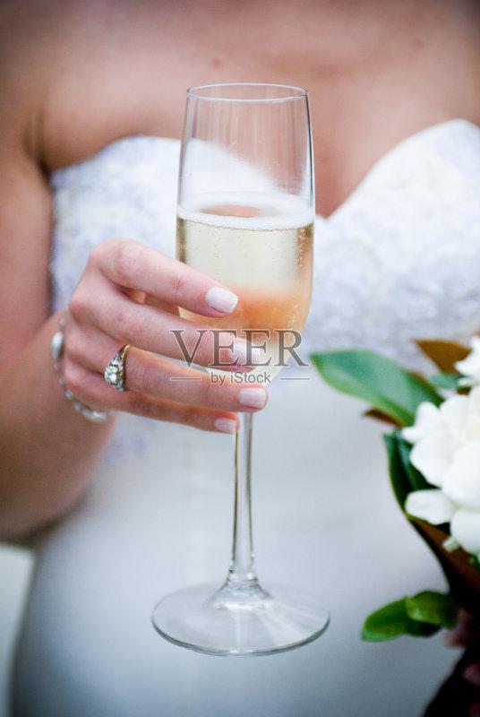 喝酒-妻子 女人 连接 婚纱 订婚 婚姻 关系紧张 戒指 香槟 仅一朵花 女性