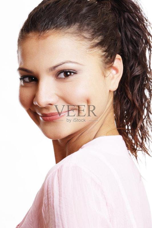 笑容-仅一个女人 人 女人 肖像 南欧血统 休闲装 褐色眼睛 仅女人 卷发