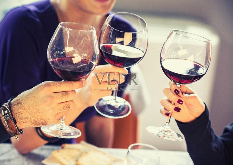 喝酒-人 异性恋 女人 葡萄酒 快乐时光 手 酒吧 白人 红葡萄酒 食品 室内