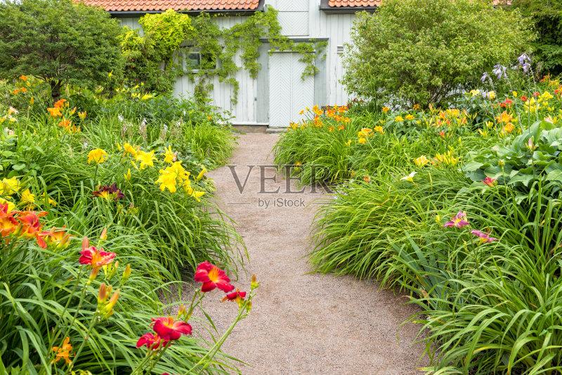 小路 多云 花园路 红色 花坛 黄色 白昼 沙砾 房屋 户外 萱草 木制 绿色