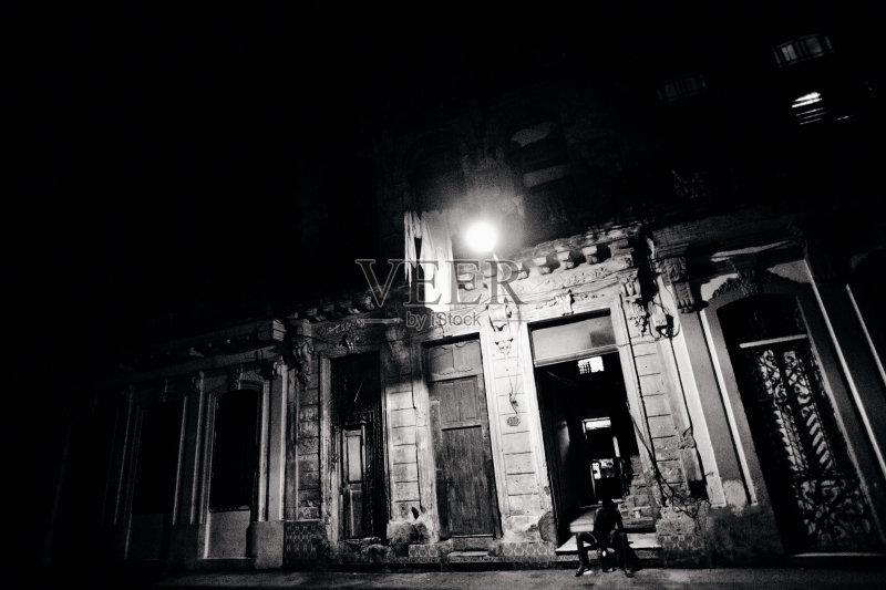 街景-人 市区路 城市生活 巷 暗色 首都 路灯 加勒比海地区 哈瓦那 夜晚 图片