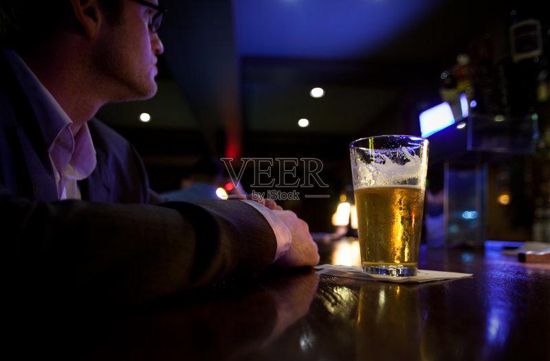 喝酒-鸡尾酒 人 高雅 仅一个青年男人 寂寞 酒吧 舒服 男性 无人迹 白人