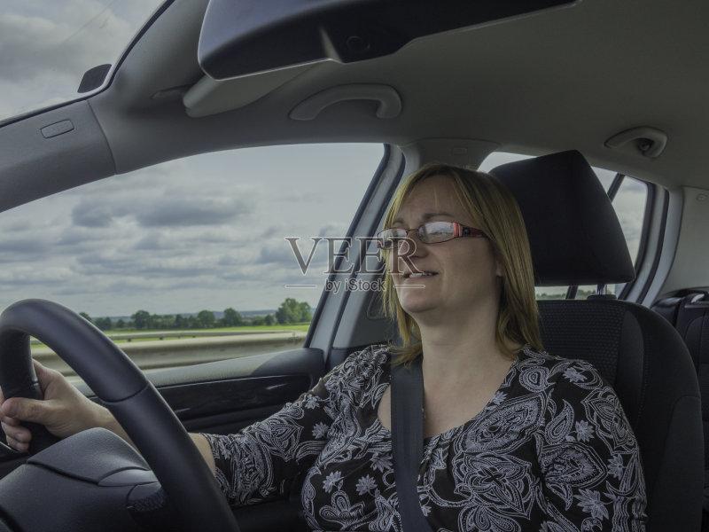开车-一个女人 人 驾车 女人 方向盘 汽车内部 一个人 运输 陆用车 仅女人