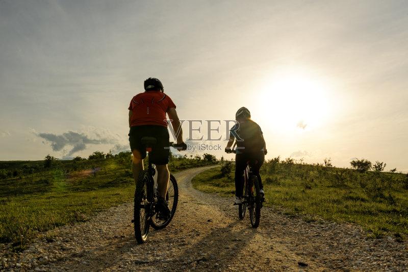 山 头盔 骑自行车 自行车头盔 探险 冒险 太阳 白人 自然 运动 白昼 体