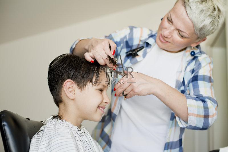 理发-人 欢乐 高雅 女人 直发 手 剪头发 头发 白人 儿童 女性 室内 生活