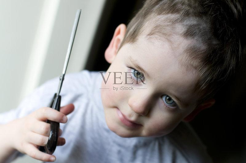 理发-男孩 人 4岁到5岁 童年 仅儿童 肖像 一个人 人的头部 剪刀 学龄前
