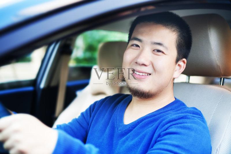 开车-秋天 人 驾车 仅一个青年男人 安逸 肖像 窗户 陆用车 开衫毛衣 运输 褐