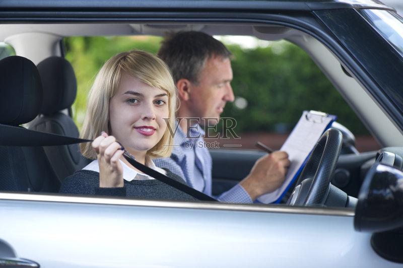 写字板 握紧 安全的 拿着 青年人 乘客座椅 指导教师 两个人 学开车