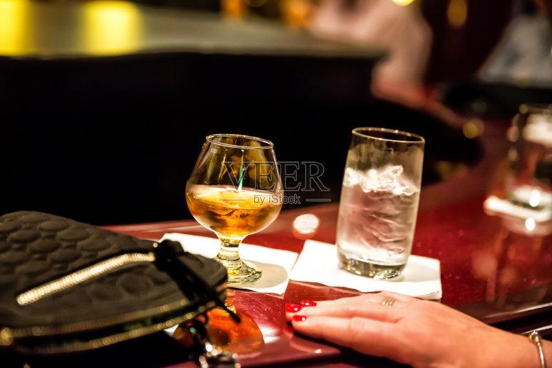 喝酒-鸡尾酒 玻璃杯 女人 饮料 快乐时光 酒吧 吧台 成年人 含酒精饮料