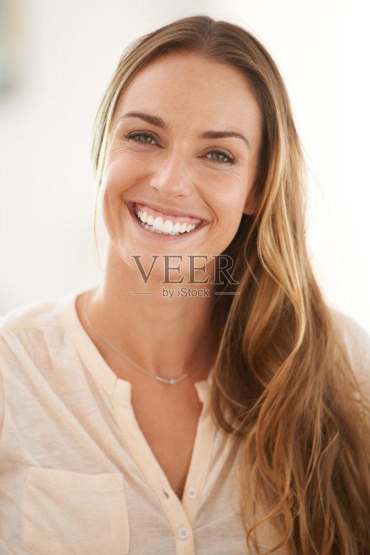 笑容-仅一个女人 人 挑染 女人 肖像 看 迷人 柔和 休闲装 舒服 仅女人