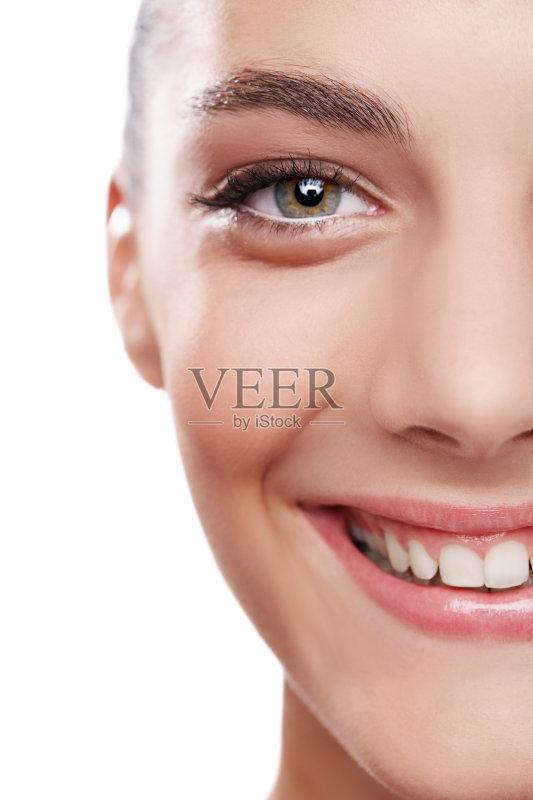 笑容-仅一个女人 人 个人护理 头发向后梳 女人 彩妆 明亮 皮肤病学 柔
