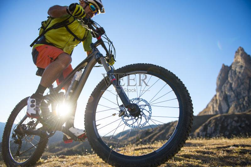 欢乐 山 骑自行车 山地自行车运动 脚踏车 运动服 冒险 黄色 自然 运动