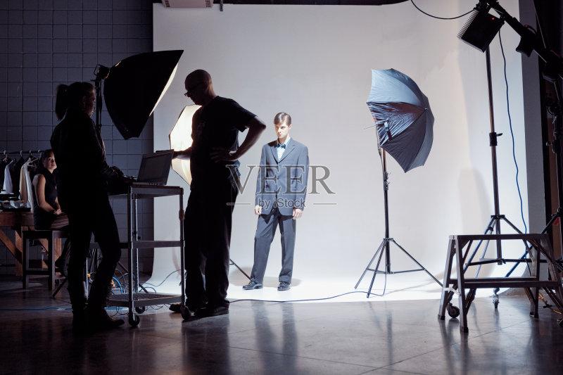 演播室 导演 幕后 工作 电视秀 照亮 照明设备 大量人群 电影工业 影棚
