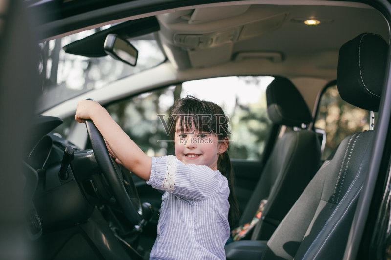 开车-人 乘客 女孩 旅途 女人 肖像 看 运输 陆用车 白人 儿童 女性 旅行