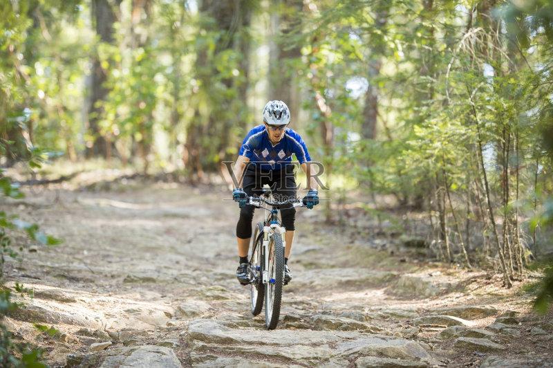 运动手套 骑自行车 男性 冒险 运动员 迅速 生活方式 健美身材 竞争